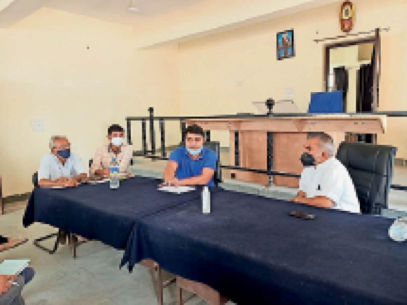 सेड़वा. कोरोना से बचाव व रोकथाम को लेकर समीक्षा बैठक के दौरान उपस्थित विधायक पदमाराम व अधिकारी। - Dainik Bhaskar