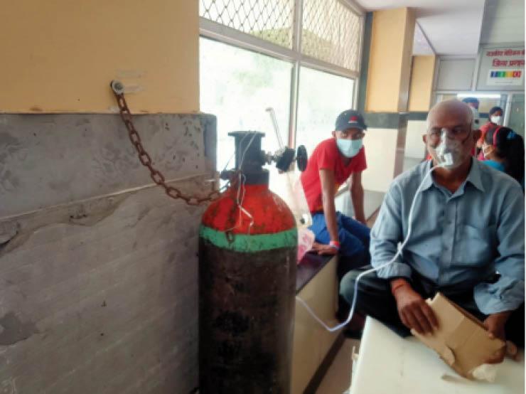 बांगड़ अस्पताल की गैलरी में ऑक्सीजन सिलेंडर तक बांधकर रखा गया है। - Dainik Bhaskar