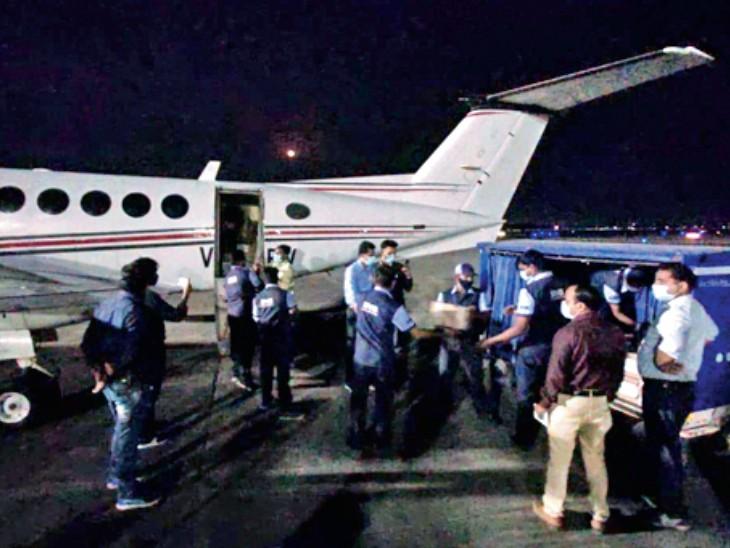 देवी अहिल्या एयरपोर्ट पर विशेष हेलिकॉप्टर से बुधवार रात रेमडेसिविर की एक और खेप पहुंची। - Dainik Bhaskar