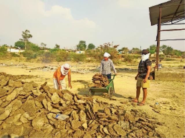 बाइपास भोर घाट के श्मशान पर शहर के युवा अंतिम संस्कार में मदद कर रहे हैं। - Dainik Bhaskar