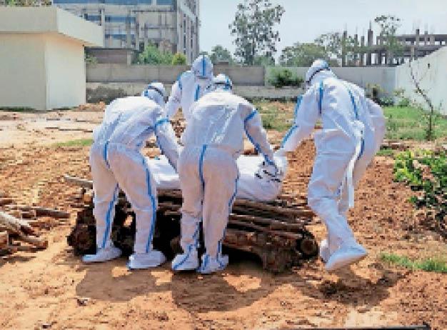 सिटी के रामबाग में काेराेना संक्रमित का संस्कार करते नगर निगम कर्मी। - Dainik Bhaskar