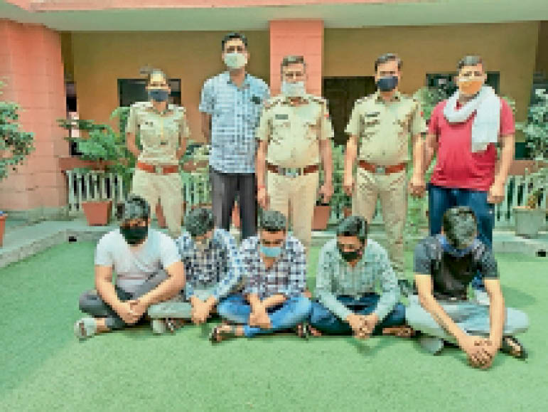 पुलिस हिरासत में आरोपी। - Dainik Bhaskar