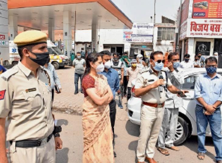 हिसार बस स्टैंड के सामने डीआईजी बलवान सिंह राणा, डीसी डॉ. प्रियंका सोनी ऑटो चालकों को समझाते हुए कि बिना मास्क यात्रियों को ऑटो में मत बिठाएं। - Dainik Bhaskar