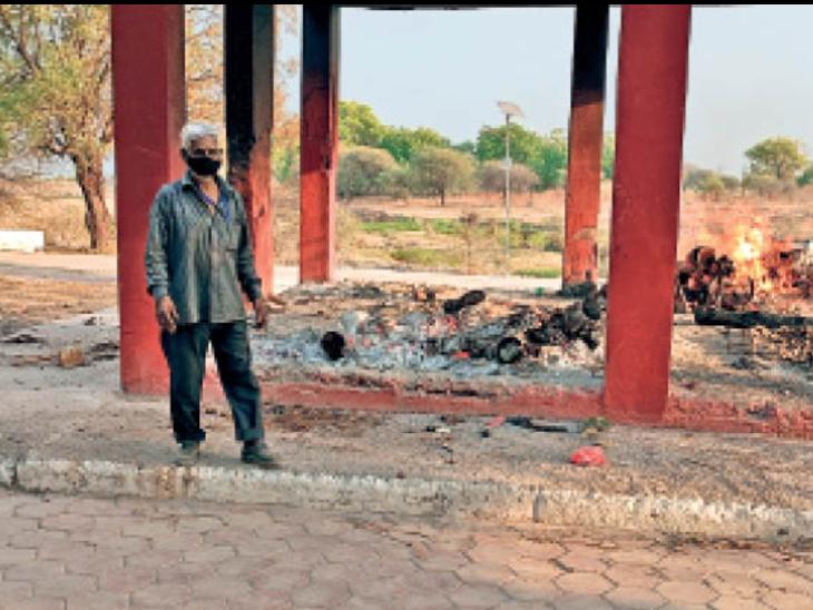 किशोर कुमार मुक्तिधाम पर जलती चिताएं, यहां भी जगह कम पड़ गई है। - Dainik Bhaskar