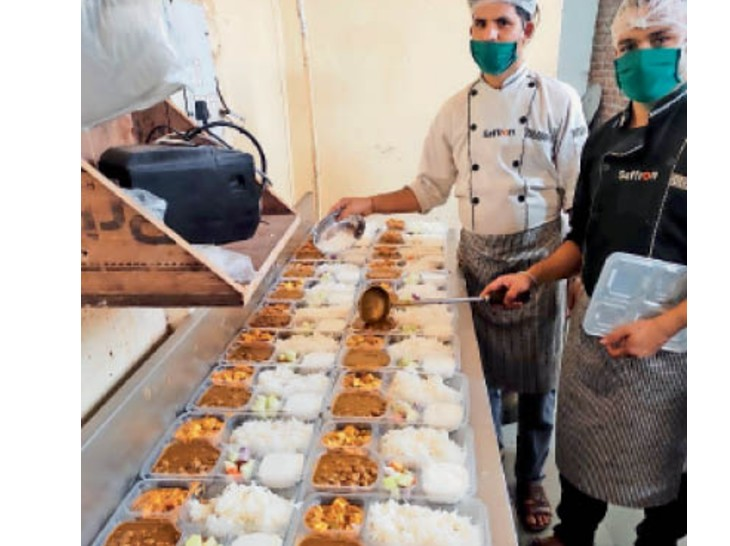 कुरुक्षेत्र में खाना पैक करते होटल कर्मचारी। - Dainik Bhaskar