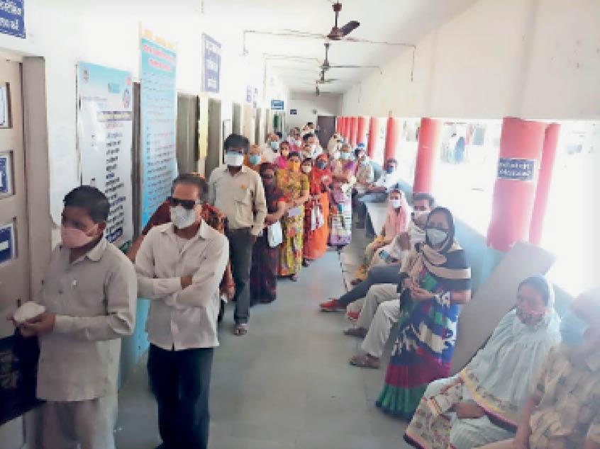 बाल चिकित्सालय में इस तरह रही भीड़। - Dainik Bhaskar