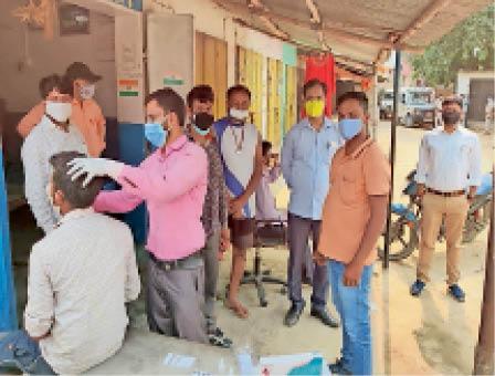 ग्रामीणों की जांच करती मेडिकल टीम। - Dainik Bhaskar