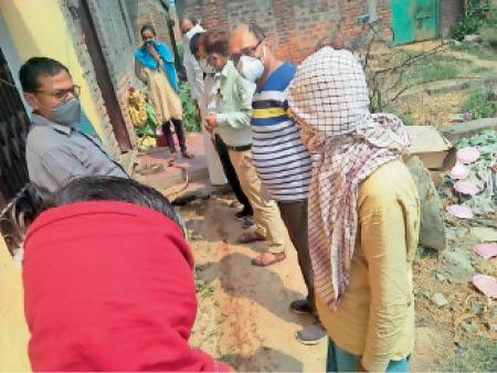 पुरहरा गांव पहुंचे एसडीएम के साथ चिकित्सक की टीम। - Dainik Bhaskar