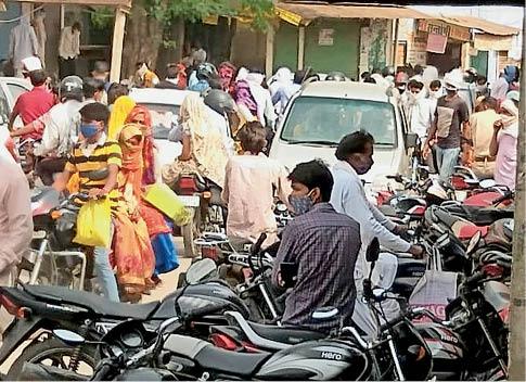 सिकराय|प्रशासन की समझाइश के बाद भी  बाजारों में खरीदारी के लिए उमड़ रहे हैं लोग। - Dainik Bhaskar