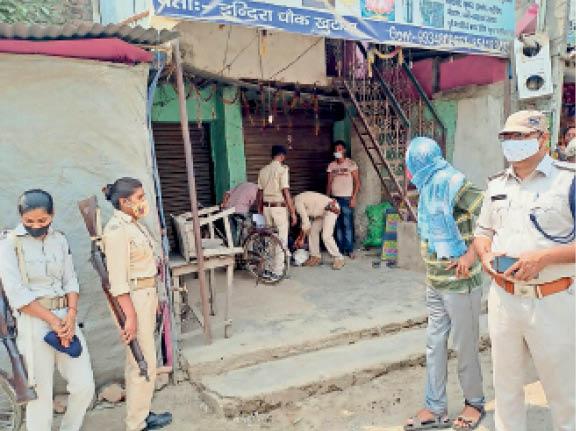 खुटौना में दुकान को सील करते एसडीओ व अन्य। - Dainik Bhaskar