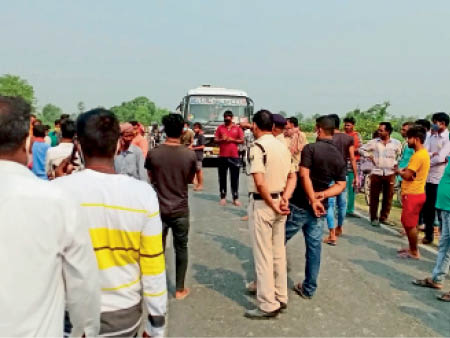 सुगौली में घटना स्थल पर मौजूद पुलिस। - Dainik Bhaskar