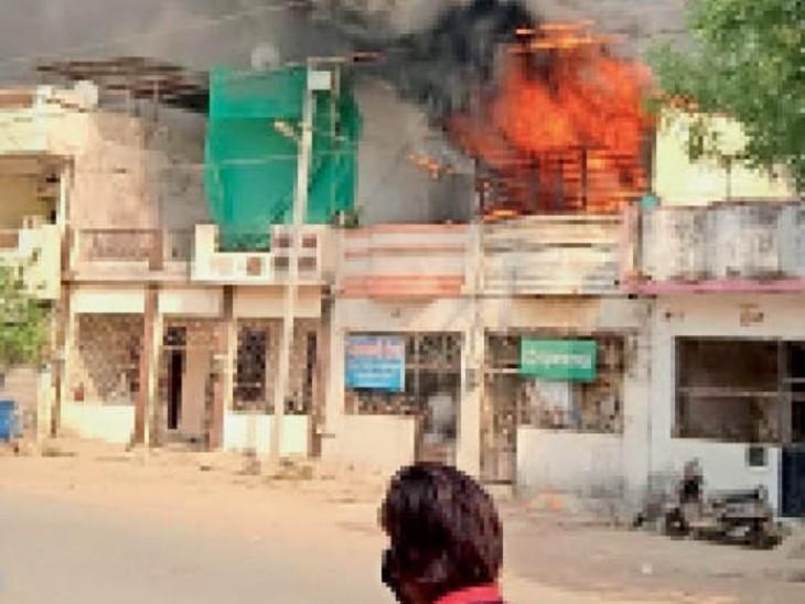 फ्रीगंज स्थित गोदाम में लगी आग। - Dainik Bhaskar