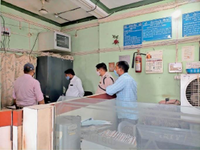 बैंककर्मी से पूछताछ कर रही पुलिस। - Dainik Bhaskar
