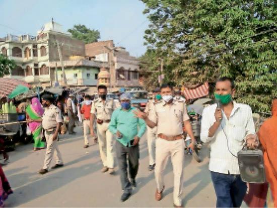 हसनपुर बाजार में फ्लैग मार्च करते पदाधिकारी व पुलिसकर्मी। - Dainik Bhaskar