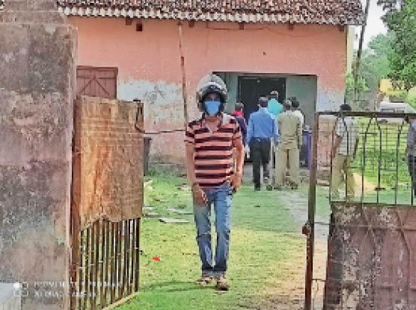 स्टाफ क्वार्टर में बनाया गया कोरोना जांच केन्द्र व लाइन में लगे लोग। - Dainik Bhaskar