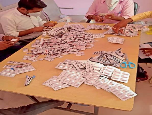 महासमुंद। वर्तमान में उपलब्ध दवाओं के आधार पर सीमित संख्या में तैयार किया जा रहा किट। - Dainik Bhaskar