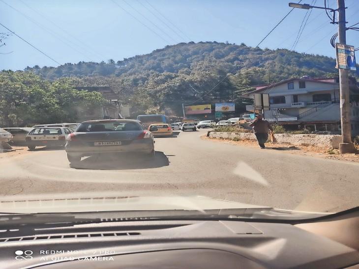 बालूगंज जाने वाली सड़क बड़े वाहनों के लिए बंद कर दी गई है तो लोअर हिमाचल से आने वाली बड़ी गाड़ियां तवी मोड़ पर रोककर वाया चक्कर भेजी जा रही हंै। - Dainik Bhaskar