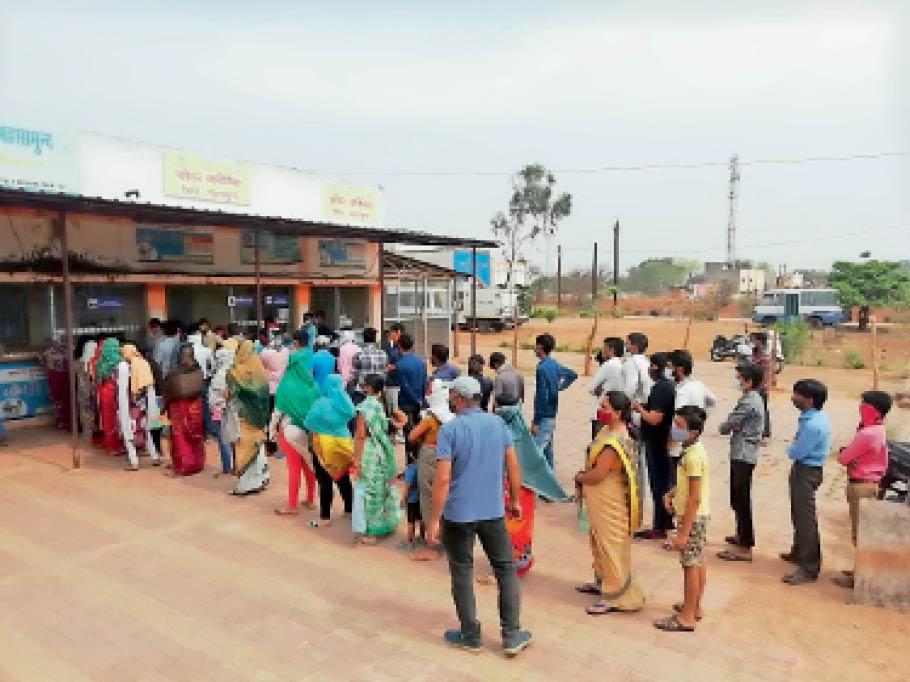 महासमुंद। जिला अस्पताल स्थित फीवर क्लीनिक में टेस्टिंग के लिए लगी लाेगाें की कतार। - Dainik Bhaskar