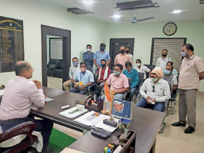 कलेक्टर को ज्ञापन सौंपने पहुंचे टीचर्स एसोसिएशन के पदाधिकारी। - Dainik Bhaskar