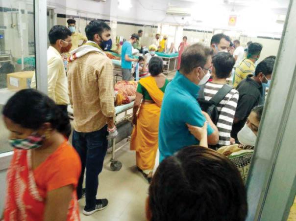 एमजीएच की इमरजेंसी  में बुधवार को बेड के इंतजार  में मरीज और उनके परिजन। - Dainik Bhaskar