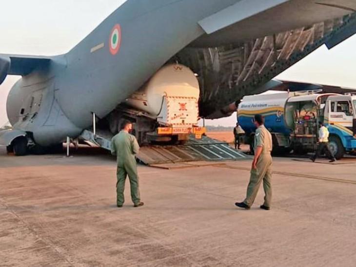 भारतीय वायु सेना का जंबो विमान सी-17 ग्लोबमास्टर बुधवार शाम 6.20 बजे जामनगर गुजरात से रायपुर एयरपोर्ट पहुंचा। - Dainik Bhaskar