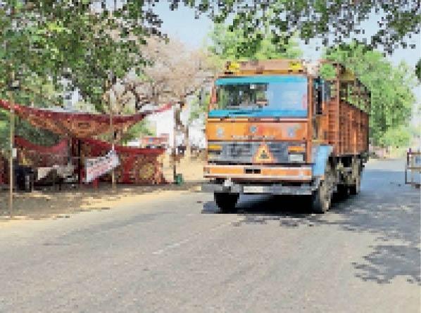 बड़वी चेक पोस्ट पर वाहनों की रोक नहीं हो रही है। - Dainik Bhaskar
