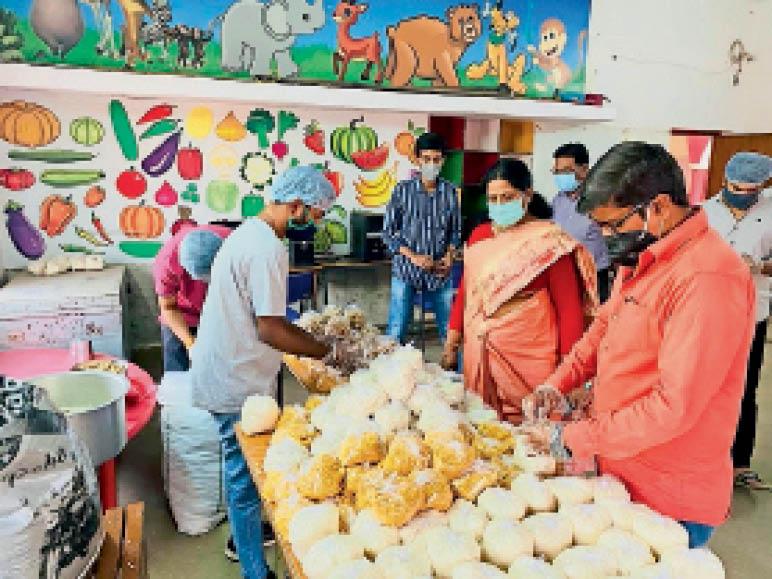 बल्देवबाग स्थित बालभारती स्कूल में युवा कांग्रेस की टीम ने पूर्व महापौर विजय पांडेय के नाम से कोविड हेल्प सेंटर खोला है। टीम के प्रमुख तथागत पांडे ने बताया कि 24 घंटे टीम तैनात रहेगी। मरीजों के संपर्क में रहेंगे। तत्काल रिस्पांस देंगे। - Dainik Bhaskar