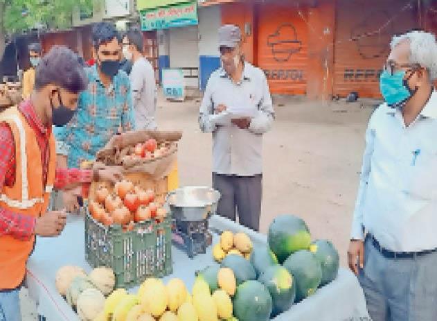 नगर पालिका अमले ने कार्रवाई करते हुए फल व बांट-तराजू जब्त किए। - Dainik Bhaskar