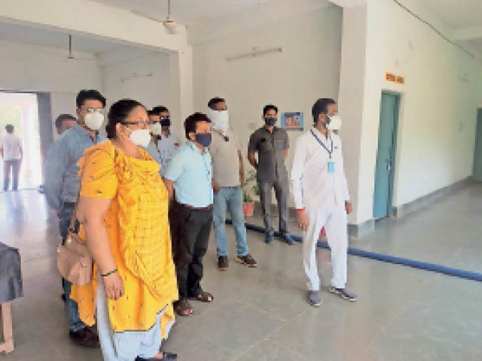 खलारी सेंटर के सामने निरीक्षण करते संसदीय सचिव व अफसर। - Dainik Bhaskar