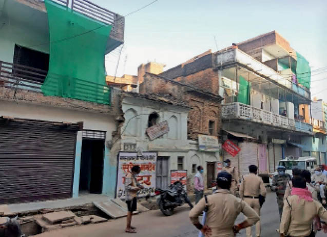 टीकमगढ़| मृतक के मकान पर जांच करने पहुंची पुलिस। - Dainik Bhaskar
