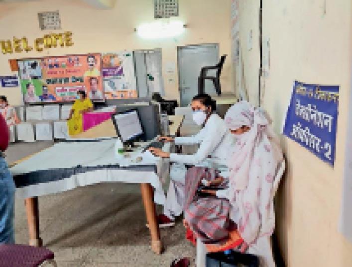 अस्पताल में पंजीयन करते हुये स्वास्थ्य विभाग की टीम। यहां रोजाना सैकड़ों मरीजों का आना जारी है। - Dainik Bhaskar