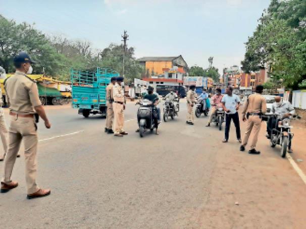 बिना कारण घूमने वालाें काे राेककर की गई अस्थायी जेल भेजने की कार्रवाई। - Dainik Bhaskar