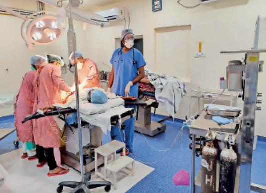जिला अस्पताल के प्रसूति वार्ड में अप्रैल की पहली सर्जरी सोमवार रात को हुई। - Dainik Bhaskar