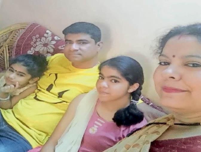 अनामिका राय, पति व बेटियों के साथ। - Dainik Bhaskar