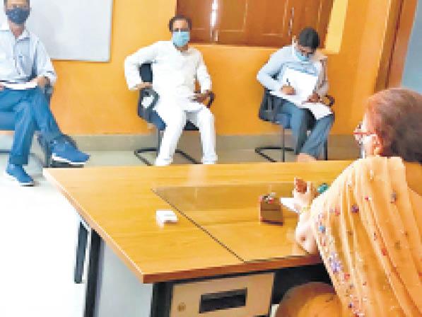 विवि में अधिकारियों के साथ बैठक करते प्रोवीसी प्रो. आभा सिंह। - Dainik Bhaskar