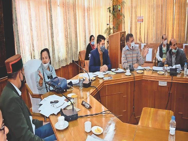 जिला परिषद की विशेष बैठक में माैजूद जिप सदस्य और अधिकारी। - Dainik Bhaskar