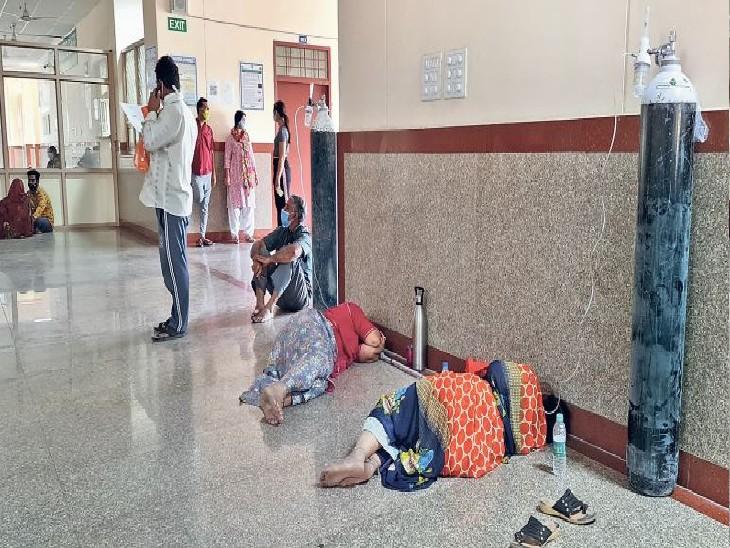 तस्वीरें गवाह हैं कि जयपुर में हालात बहुत ही खराब हो चले हैं। मौतों का आंकड़ा भी डराने वाला है। बरामदों में 70 और ग्राउंड फ्लोर पर 30 बेड लगाने के बावजूद हाल ये हैं कि ऑक्सीजन के साथ मरीज जमीन पर लेटे हुए हैं। वहीं, कानोता के सुमित को गंभीर हालात में आरयूएचएस लाया गया। 2 घंटे इंतजार के बाद बीलवा जाने को कह दिया गया।   - फोटो: अनिल शर्मा - Dainik Bhaskar
