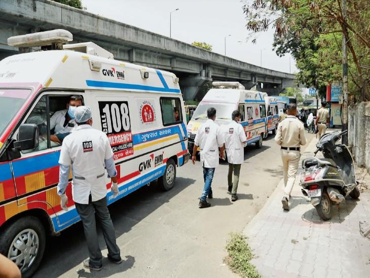 बुधवार को सिविल अस्पताल के गेट बंद कर दिए गए। इससे गेट के सामने एंबुलेंस की लाइन लग गई। मरीज परेशान हुए। - Dainik Bhaskar