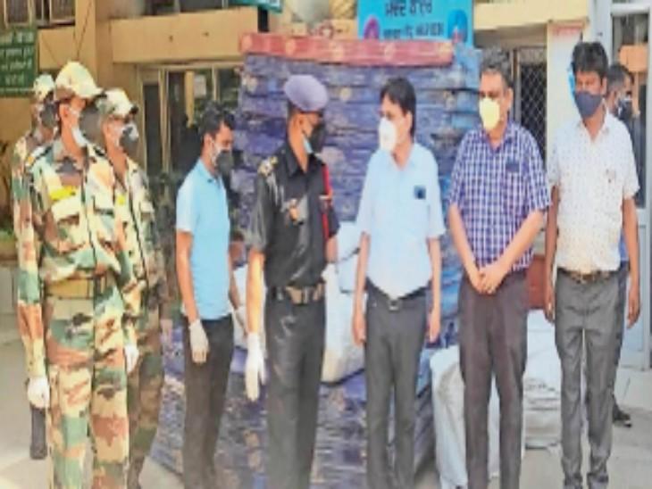 गद्दे, पिल्लो और चादरें देने के दौरान एसएमओ डॉ.राकेश सरपाल से बात करते सेना के अधिकारी। - Dainik Bhaskar