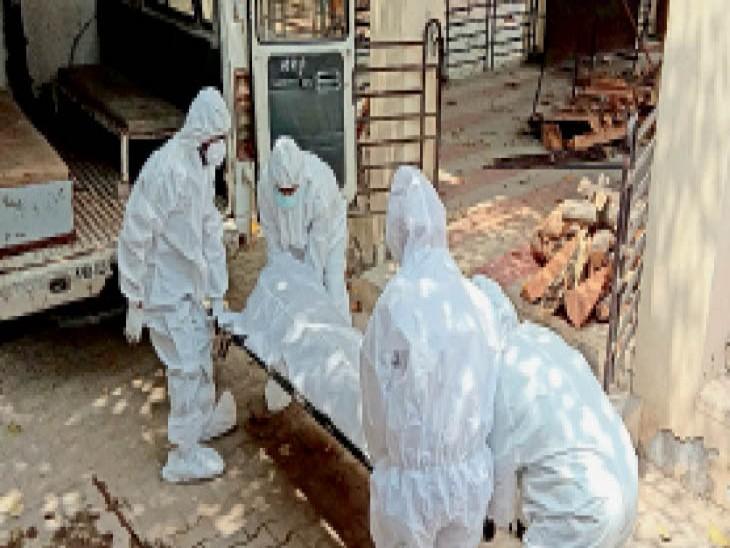 संगरूर के श्मशानघाट में एक ही एंबुलेंस में दो मरीजों की लाश पहुंची। - Dainik Bhaskar