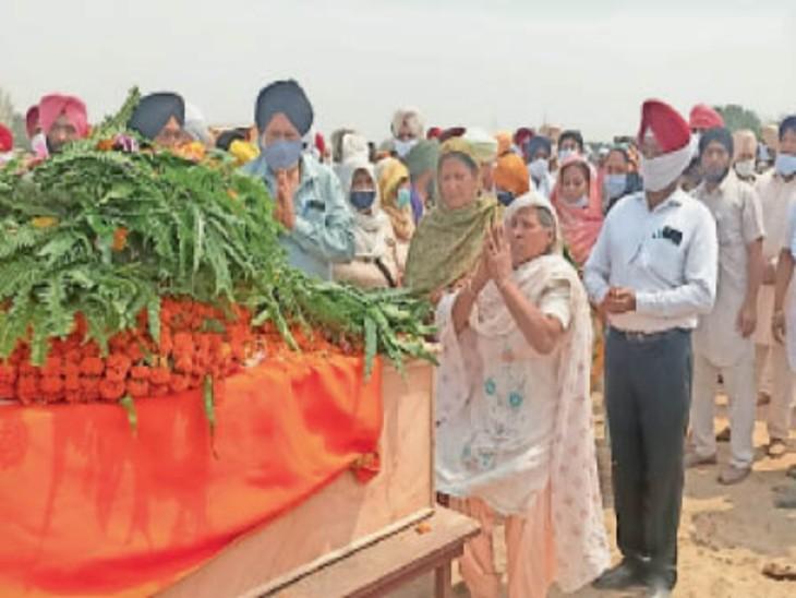 शहीद अमरदीप सिंह को श्रद्धांजलि देते गांव के लोग। (दाएं) शहीद को सलामी देती सेना की टुकड़ी।                                        -भास्कर - Dainik Bhaskar