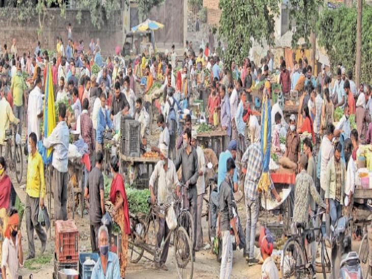 शाम 6 बजे फोकल पॉइंट के पास नेशनल हाईवे पर लगी सब्जी मंडी में लोगों की भीड़। - Dainik Bhaskar
