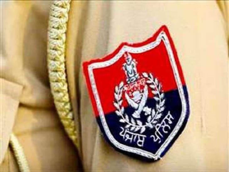 पंजाब पुलिस के कर्मचारी की वर्दी की सिंबॉलिक इमेज। लुधियाना में एक कर्मचारी की राइफल से गोली चलने से मौत हो गई। - Dainik Bhaskar
