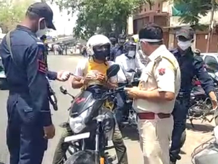एएसपी मुख्यालय ने कमांडों के साथ संभाला मोर्चा, प्रमुख चौराहों पर सघन चैकिंग, बेवजह घूमने वालों के चालान काटे, वाहन भी जब्त किए कोटा,Kota - Dainik Bhaskar
