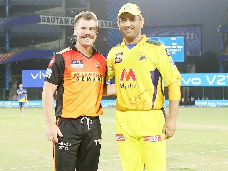 हैदराबाद के कप्तान वॉर्नर ने टॉस जीतकर पहले बैटिंग का फैसला किया। वे टॉस के दौरान धोनी के साथ इस अंदाज में दिखे।