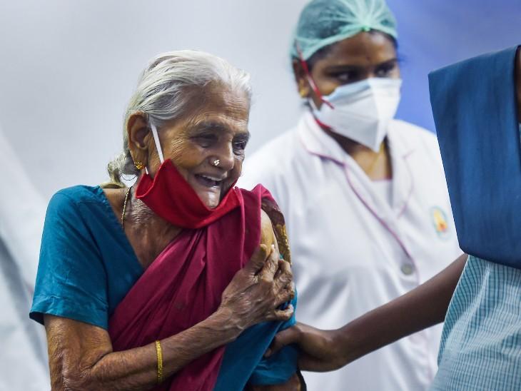फोटो चेन्नई की है। यहां एक बुजुर्ग महिला वैक्सीनेशन कराते हुए। पिछले कुछ दिनों में वैक्सीनेशन कराने वालों के आंकड़ों में बढ़ोतरी दर्ज हुई है।