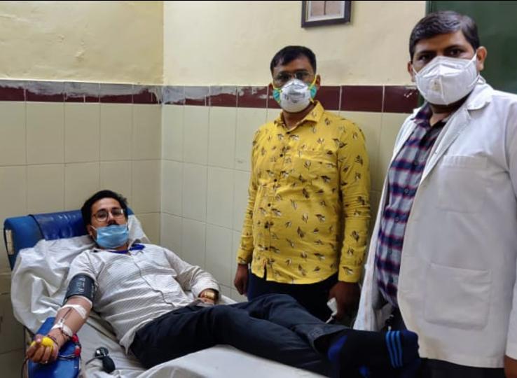 जोधपुर स्थित MDM अस्पताल में प्लाज्मा डोनेट करते हुए शुभम शर्मा।