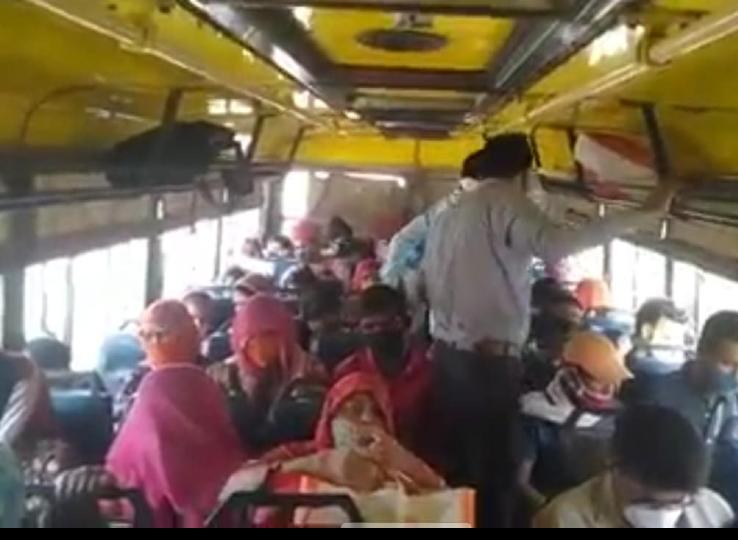 मेड़ता से अजमेर जा आरही रोडवेज बस में खचाखच भरी सवारियां।
