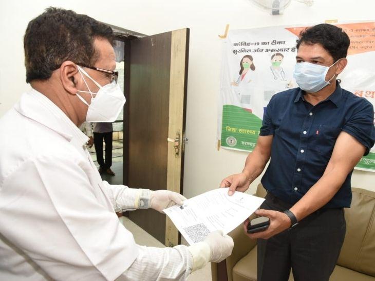 सिविल सर्जन ने दोनों को वैक्सीनेसन का सर्टिफिकेट दिया।