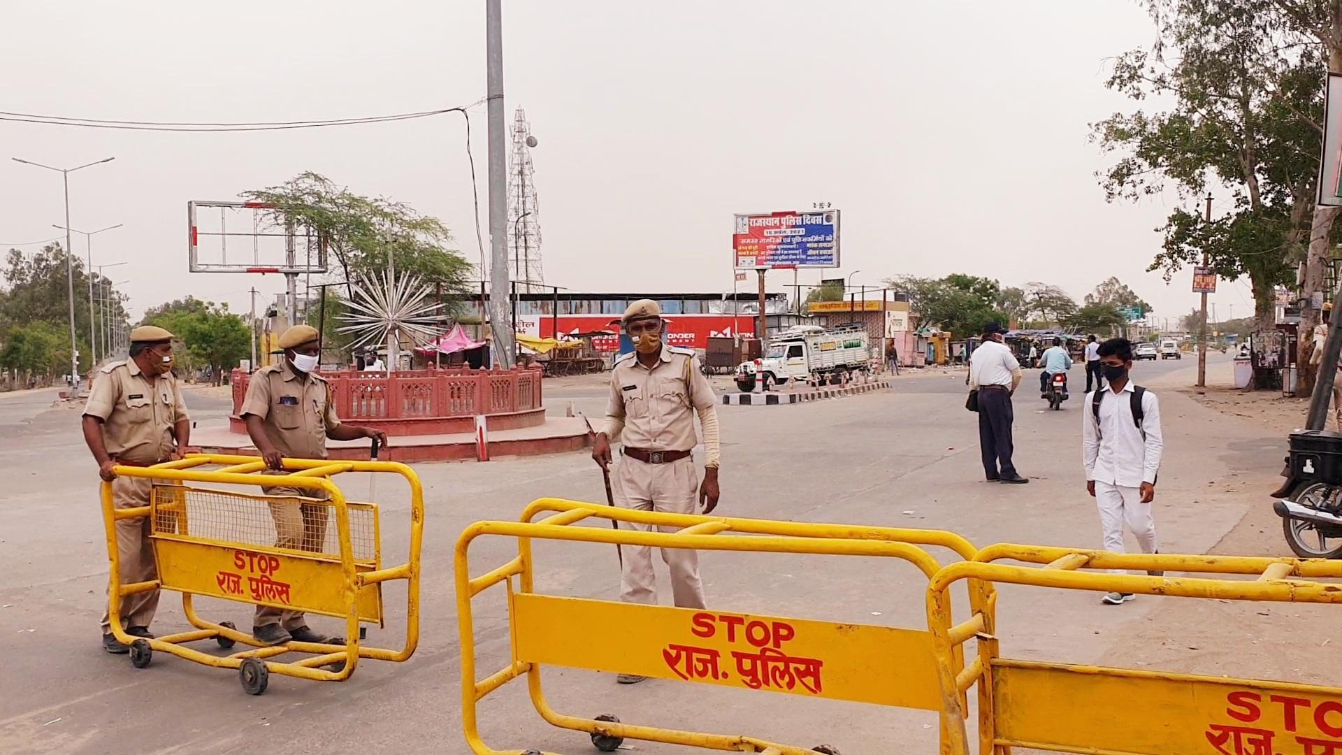 दौसा में पुलिस की कड़ाई से लोग घरों से कम ही निकल रहे हैँ। - Dainik Bhaskar